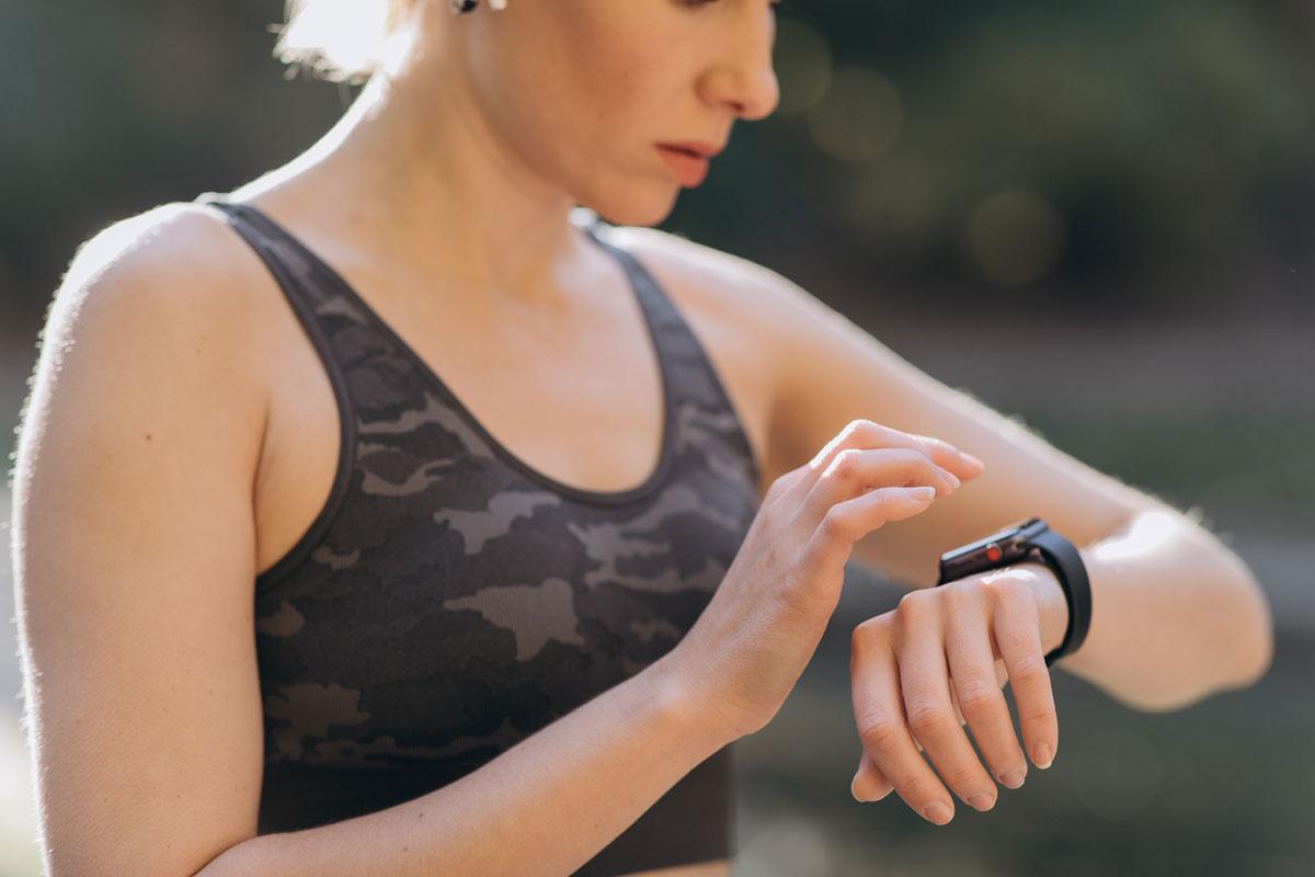 donna che monitora il battito cardiaco durante la corsa